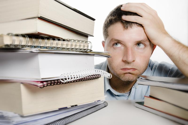 Aluno desesperado pela quantidade de informação para ler e estudar